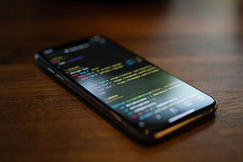 Una pantalla de código en un móvil